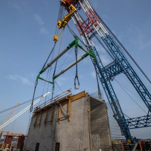 A specially-engineered lifting frame allows I Lift NY to hold a 750-ton crossbeam.
